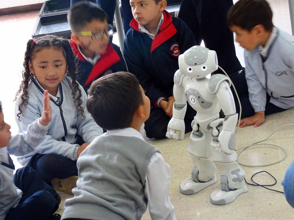 Clase-de-robotica-libertadores-tagaste-niños